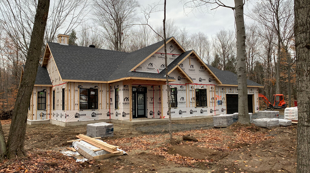 maison usinée en construction sur un beau terrain boisé